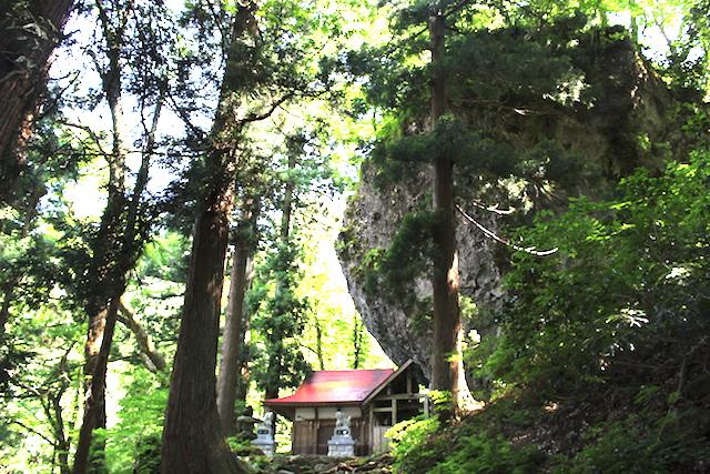 大岩が迫り来るパワースポット!大矢谷白山神社にお参りしよう!【勝山市】