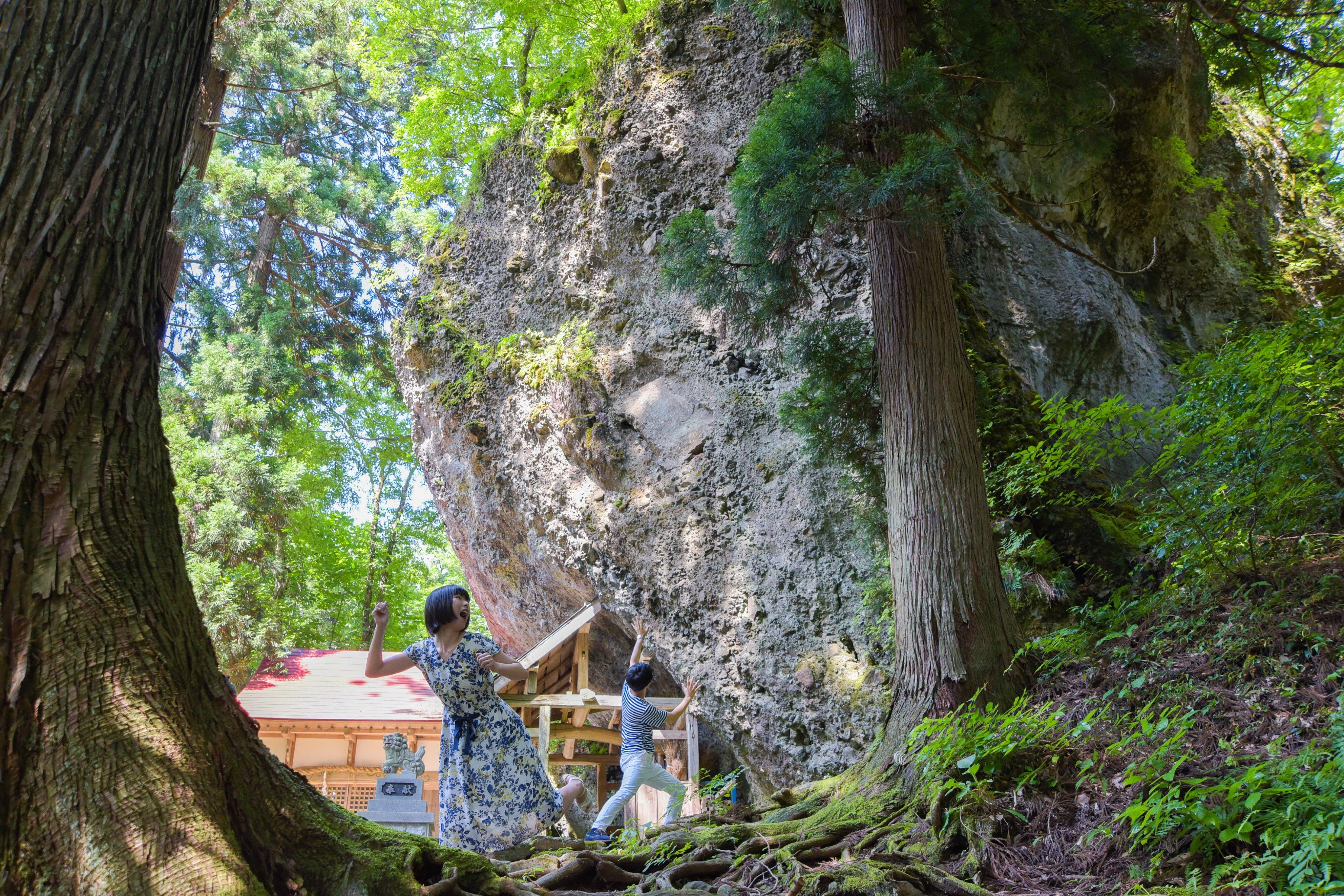 迫り来る大岩から逃げろ!面白い写真が撮れるパワースポット「大矢谷白山神社」【勝山市】