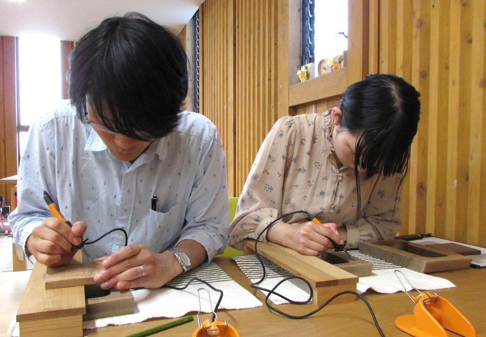 木の暮らしで三連時計を手作りしている様子